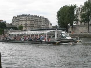 遊覧船で楽しむ人々