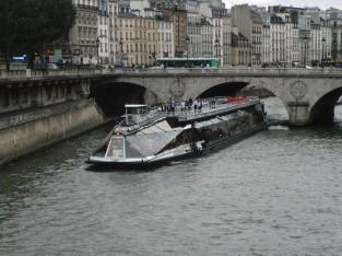 橋をくぐる大型遊覧船