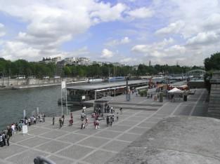 エッフェル塔の目の前にある船着場